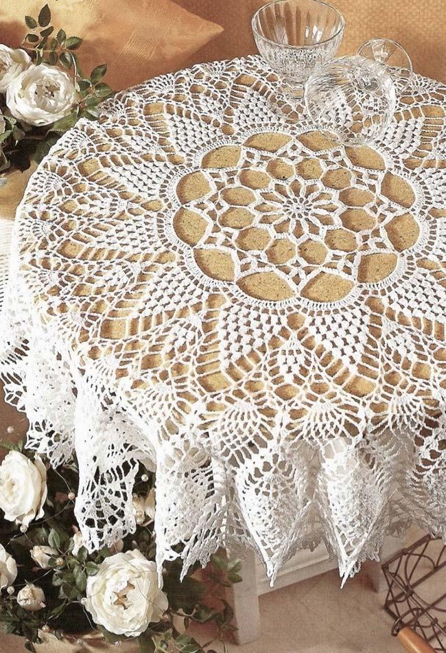 Toalha de mesa de crochê com uma flor central rendada