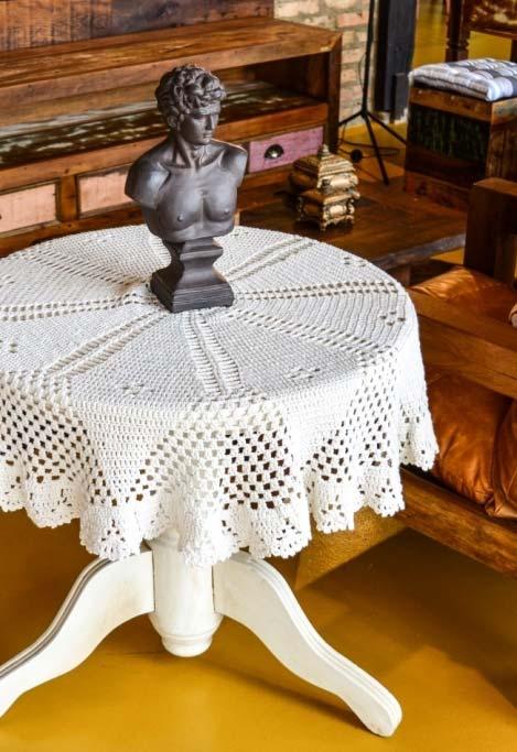Toalhas de mesa de crochê não só para a sua mesa de jantar: aposte na decoração de outros tipos de mesas e superfícies