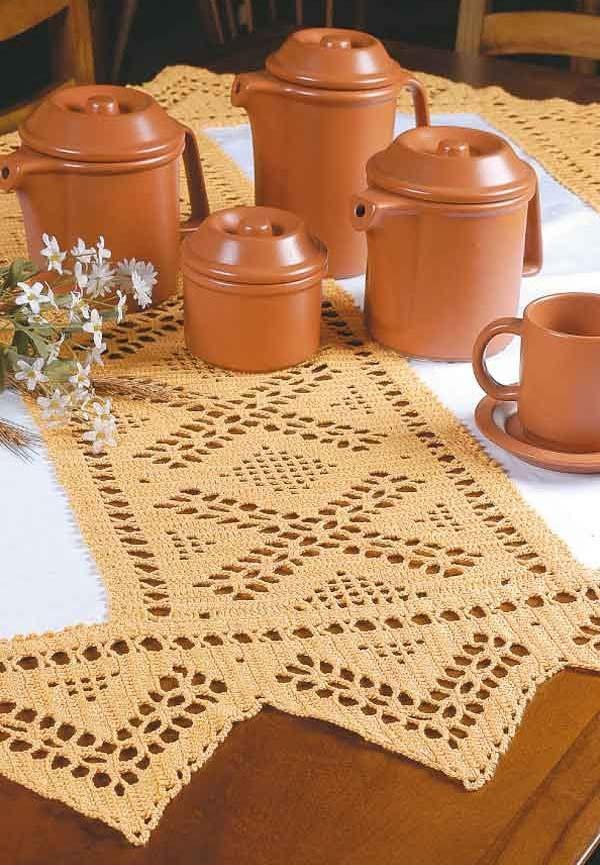 Toalha de mesa de crochê em um tom amarronzado