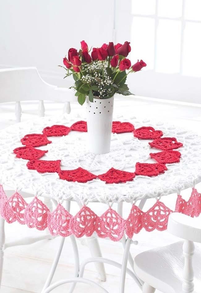 Toalha de mesa de crochê decorado com muitos corações