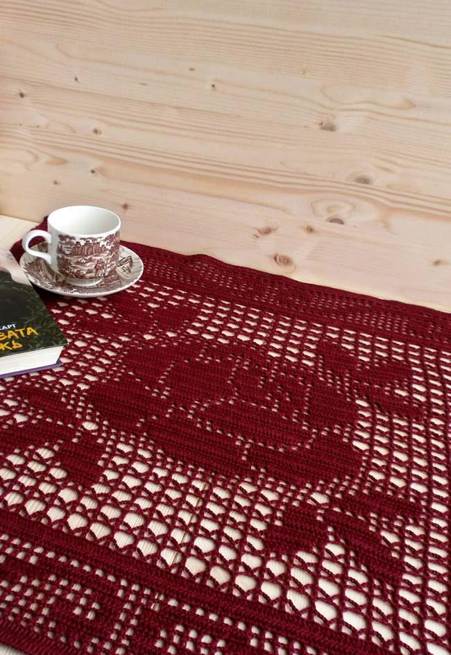 Toalha de mesa de crochê em um tom de vinho com flores