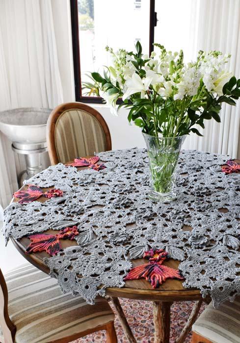 Toalha de mesa de crochê redonda com detalhes de pássaros coloridos