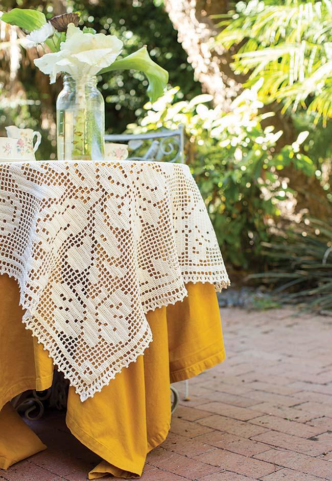Essa toalha de mesa de crochê simples fica incrível com uma toalha de tecido mostrada!