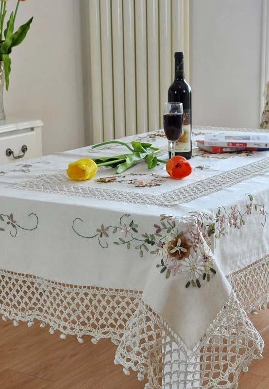 Outra ideia de toalha de mesa de crochê com detalhes bordados
