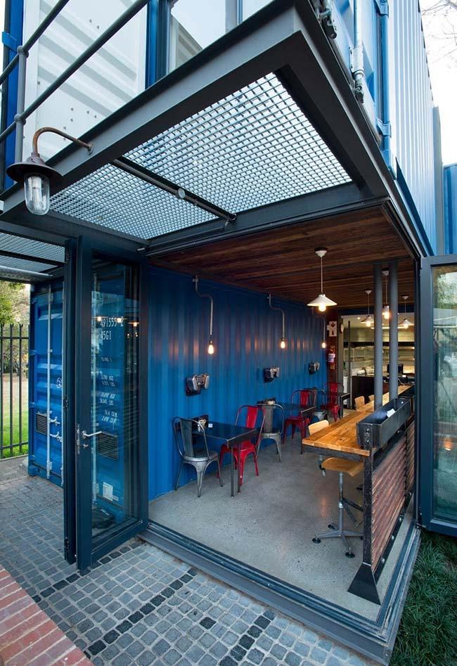 Casa container com pavimento térreo em vigas e paredes de vidro