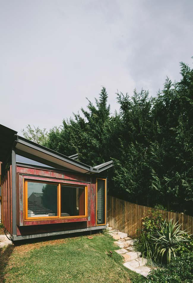 Ideia de casa container simples e colorida com um telhado diferente