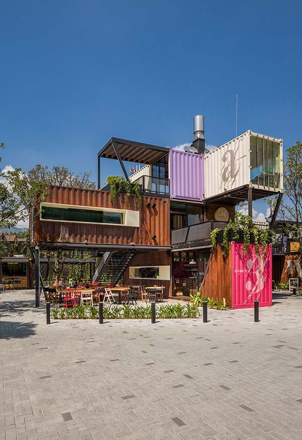 Complexo feito com containers que brinca com os espaços abertos e fechados