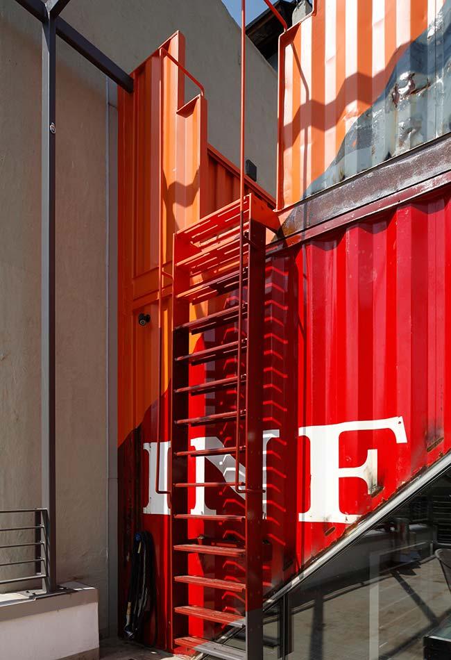 Container como espaço de observação no telhado do prédio