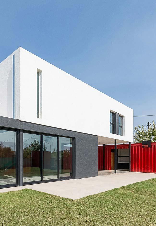 Nesta casa contemporânea com desenho em duas caixas retangulares, o container aparece como um anexo perfeito