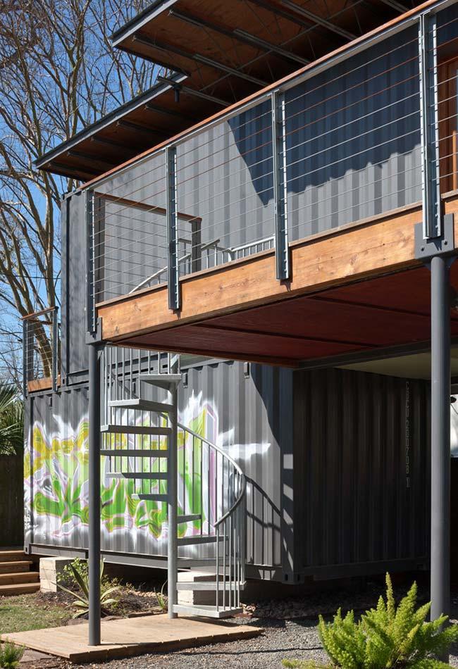 No estilo industrial e urbano das casas containers, os grafites dão ainda mais personalidade para a sua fachada