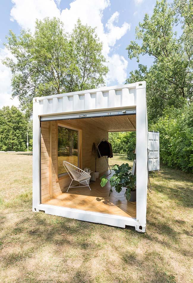Um cômodo aberto para relaxar entre a natureza: use a estrutura de um container