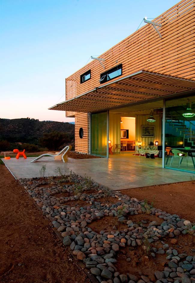 Outra casa container com uma fachada que cobre a sua estrutura