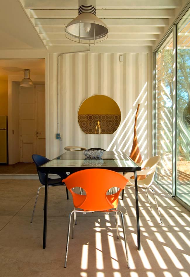 Mesa de jantar na casa container