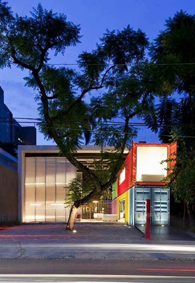 Estrutura com casa container colorida