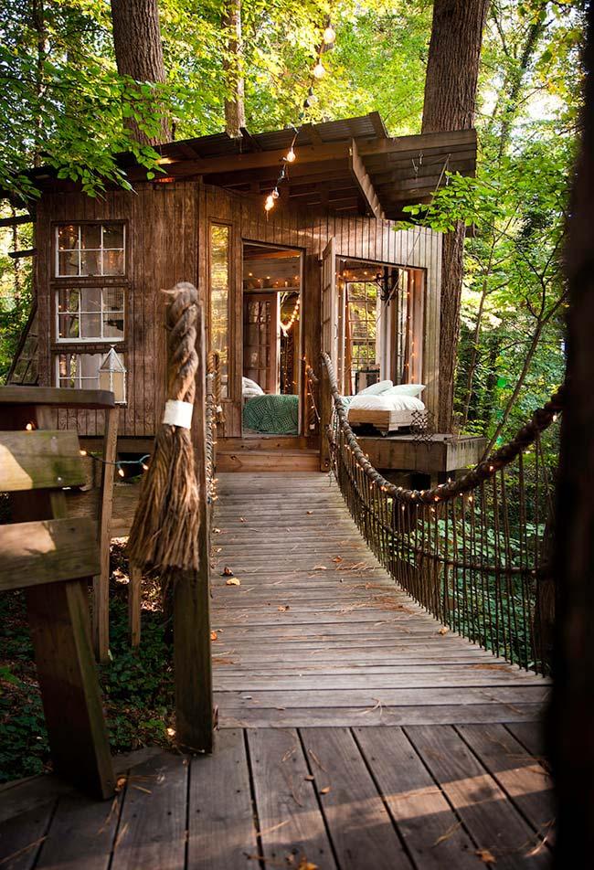 Casa na árvore de madeira num tom rústico e encantado: o cantinho perfeito para relaxar