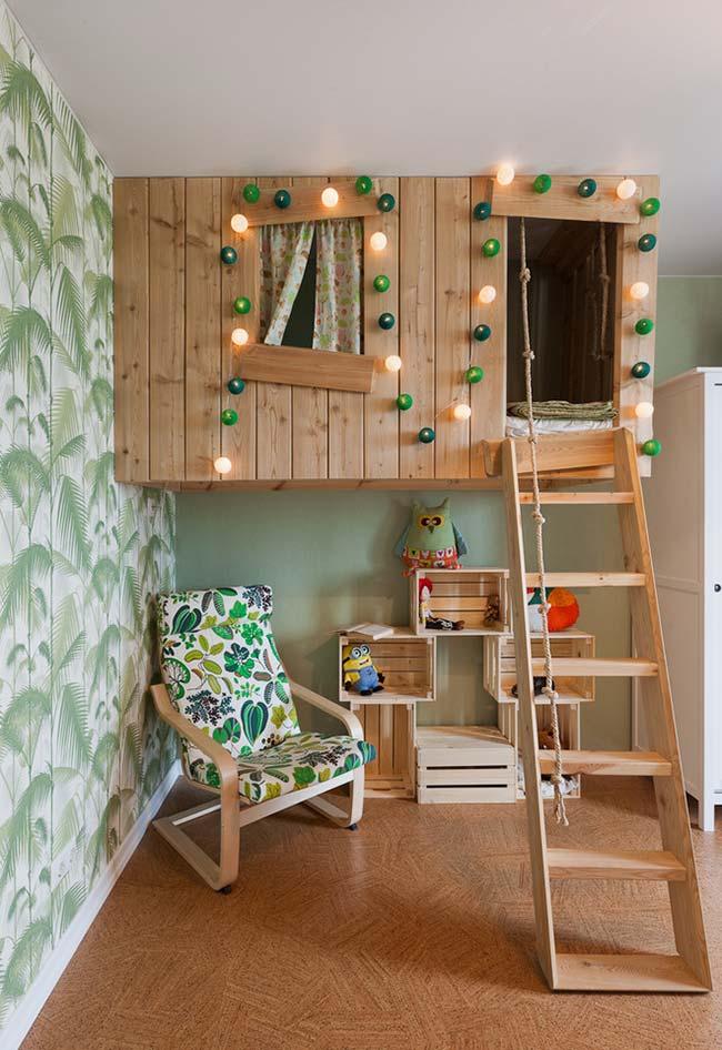Aposte na criatividade e na tendência das camas suspensas para um refúgio de madeira super confortável e fofo.