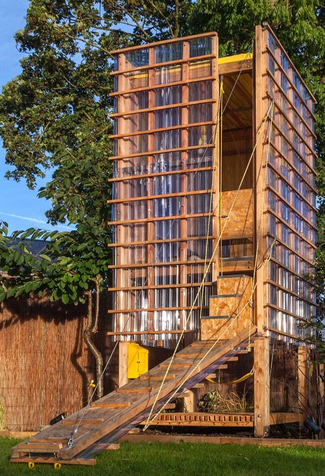 Outra ideia de casa na árvore num estilo mais moderno e feito para adultos