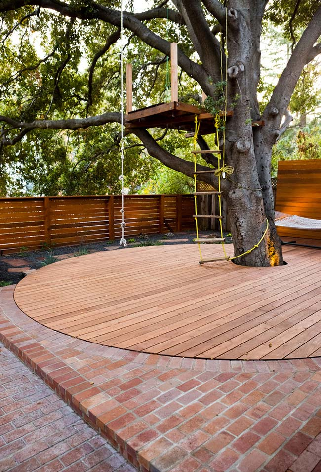Para casas na árvore para crianças, adicione elementos básicos para a diversão ao ar livre