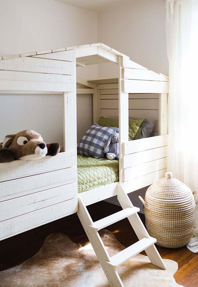 Outra inspiração das casas na árvore dentro de casa: uma cama-casinha de bonecas em madeira