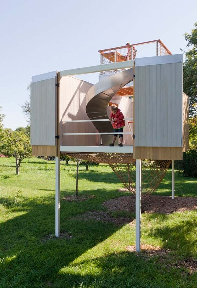 Casa na árvore que é um verdadeiro parque de diversões para as crianças