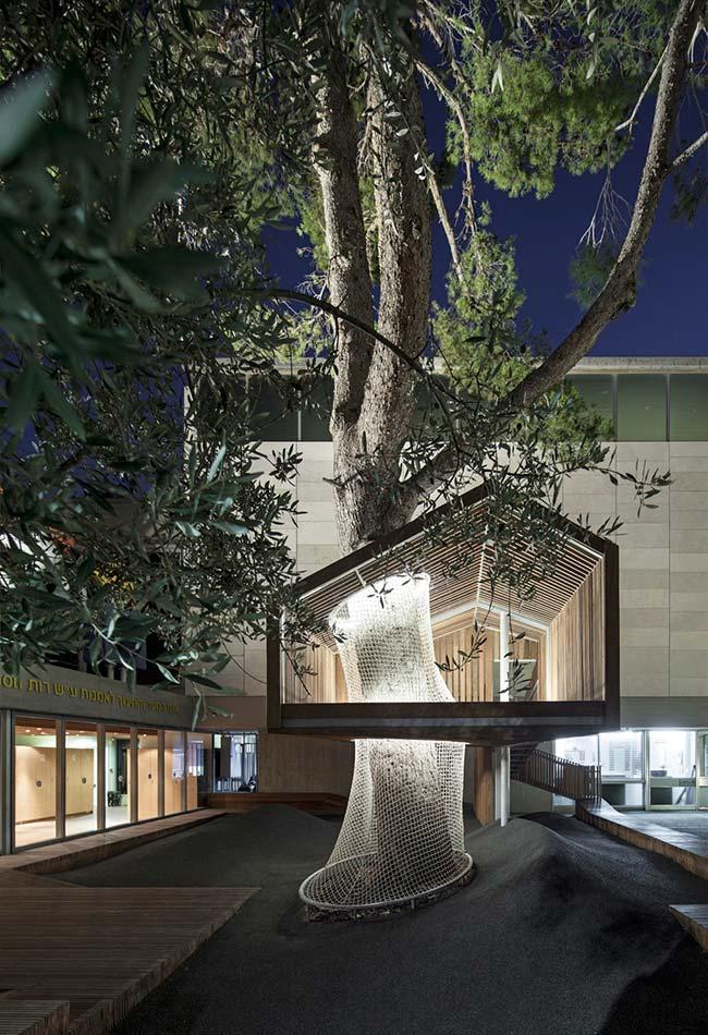 Em uma construção um pouco mais ousada, esse edifício ganha um espaço aberto tipo casa na árvore
