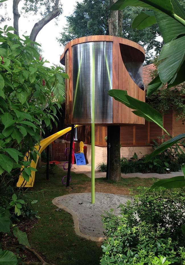 Casa na árvore cilíndrica em madeira e metal