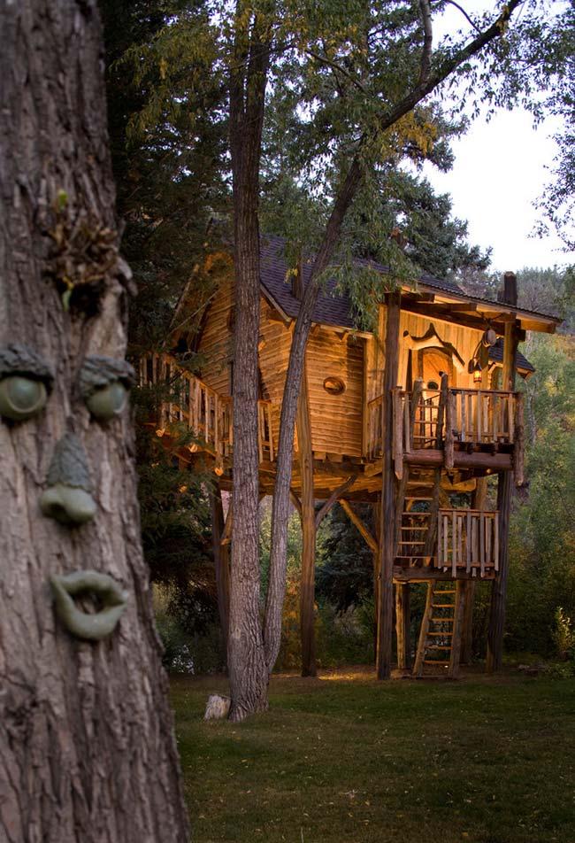 Casa na árvore tirada das histórias de fantasia