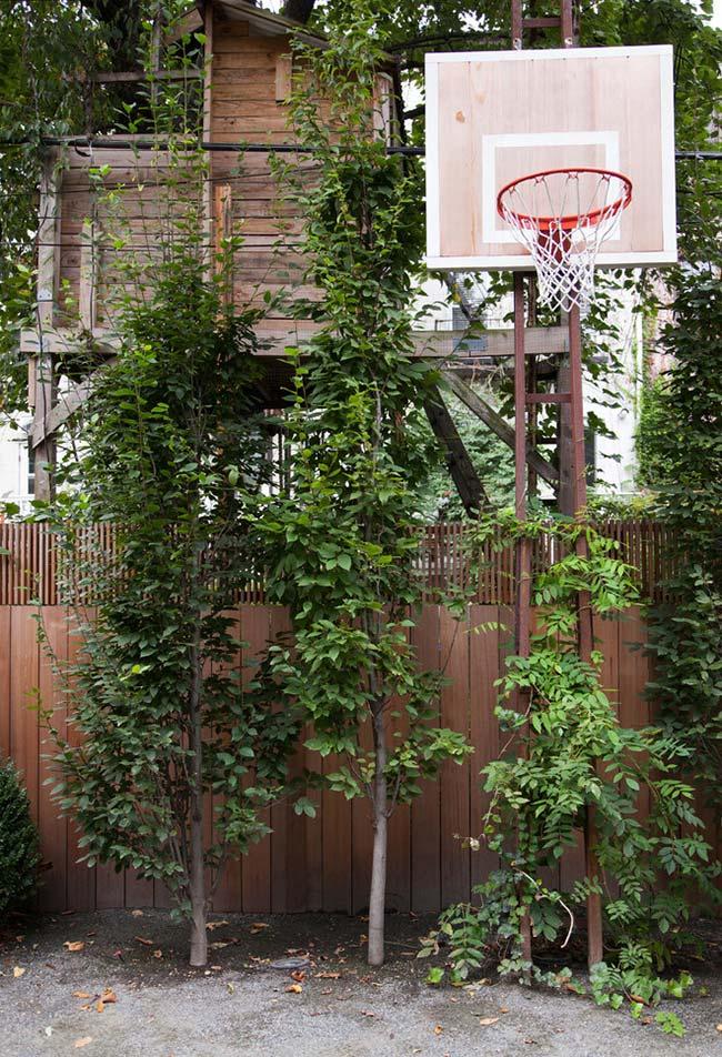 Adicione elementos de brincadeiras e esportes na estrutura da sua casa na árvore