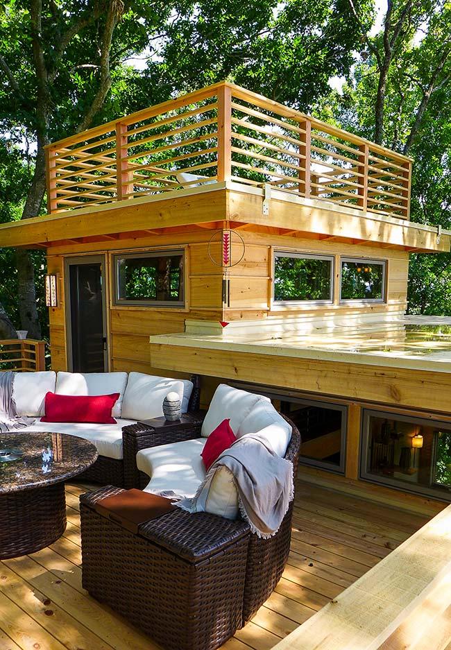 Uma casa na árvore perfeita para relaxar com a família e os amigos