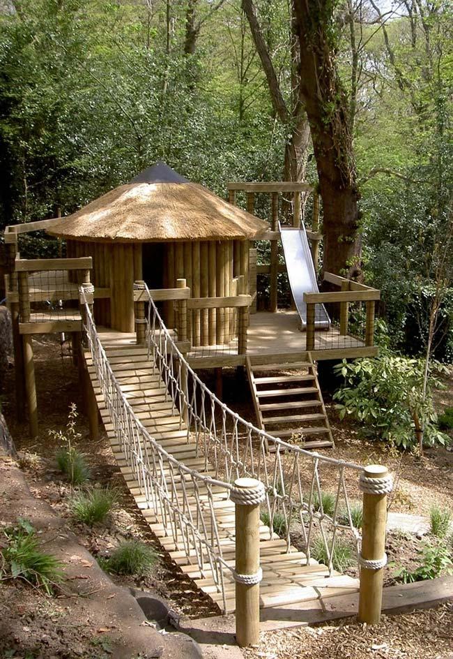 Uma casinha de madeira na floresta cheia de diversões e aventuras!
