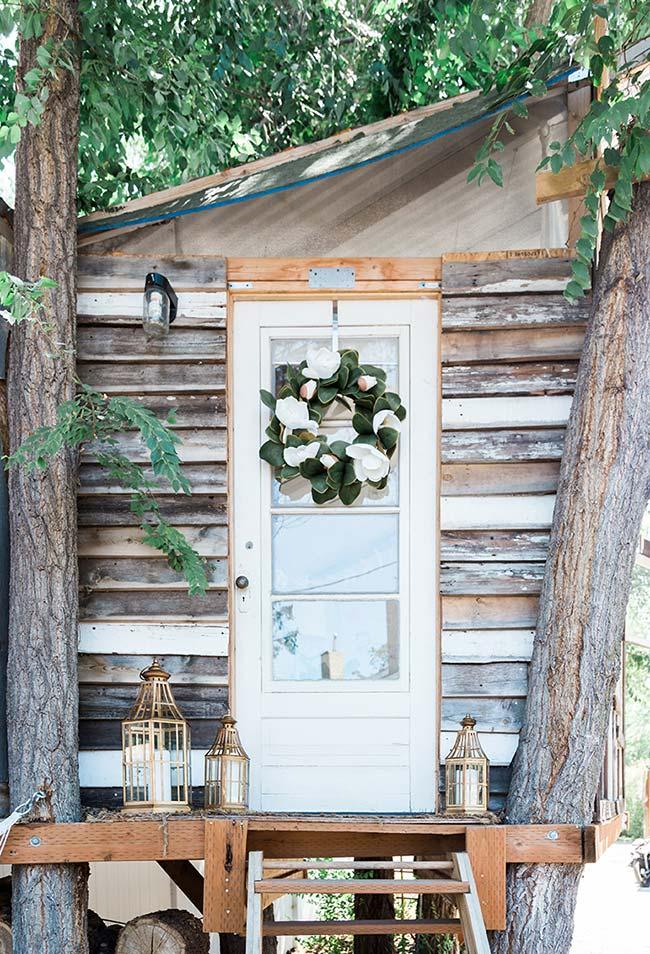 Também no estilo rústico, esta casa na árvore em madeira usa janelas de vidro continuação