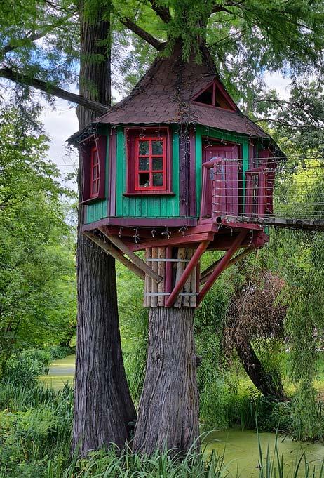 Outra ideia de casinha na árvore infantil no estilo conto de fadas