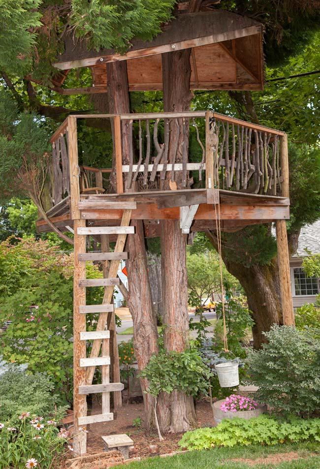 Outra ideia de um espaço aberto como ponto de observação para construir ao redor da árvore