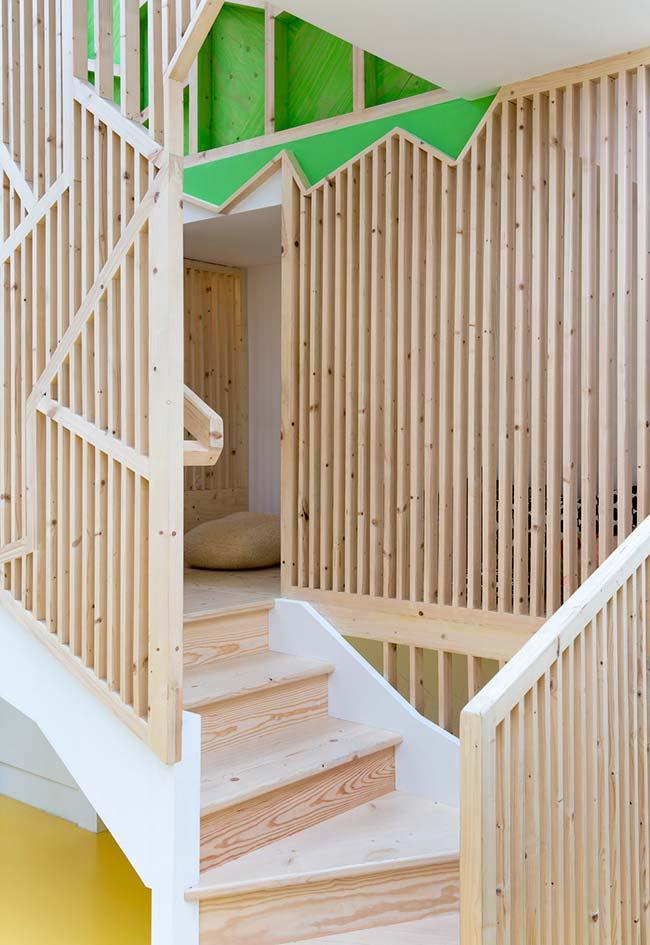 Num estilo mais clean e minimalista, estrutura de casa na árvore com madeira de demolição
