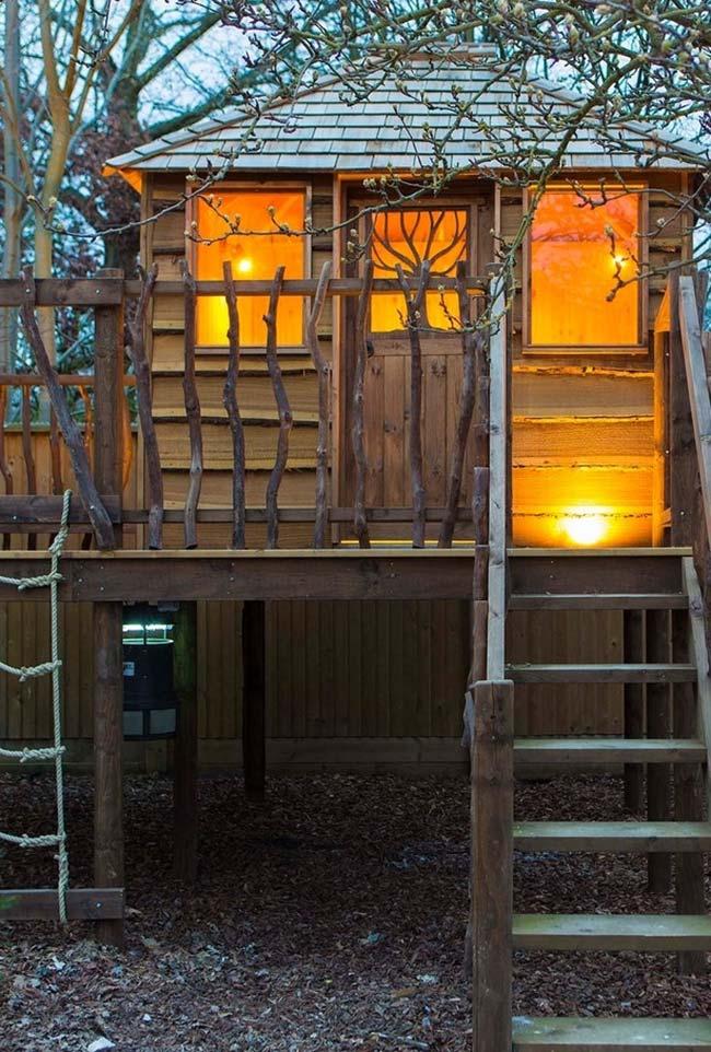 Casa na árvore simples: aposte em uma iluminação amarelada para trazer mais aconchego para dentro da sua casinha