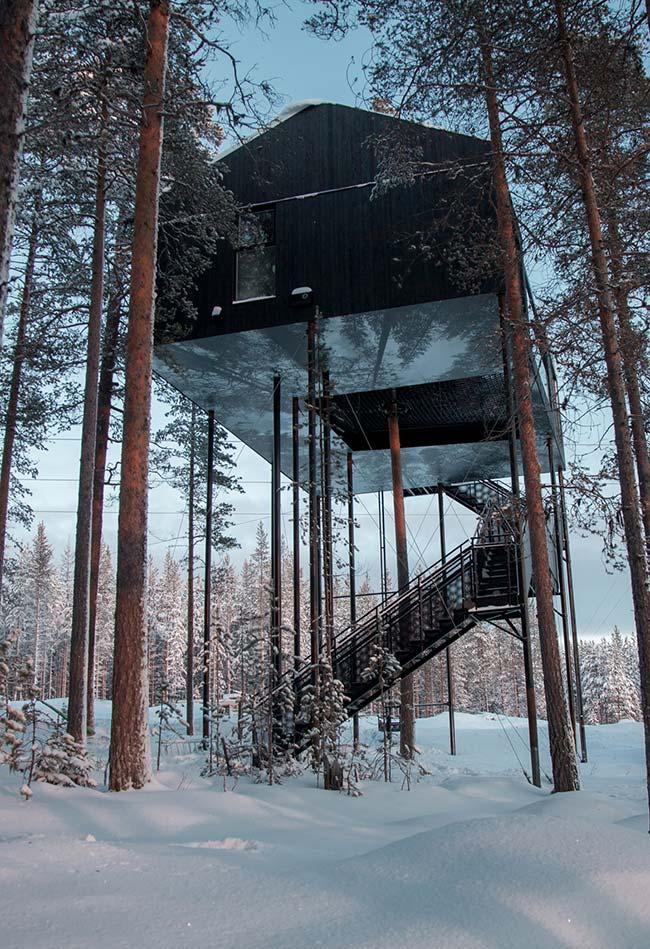 Uma casa nas alturas: casa contemporânea suspensa em vigas e troncos de árvores