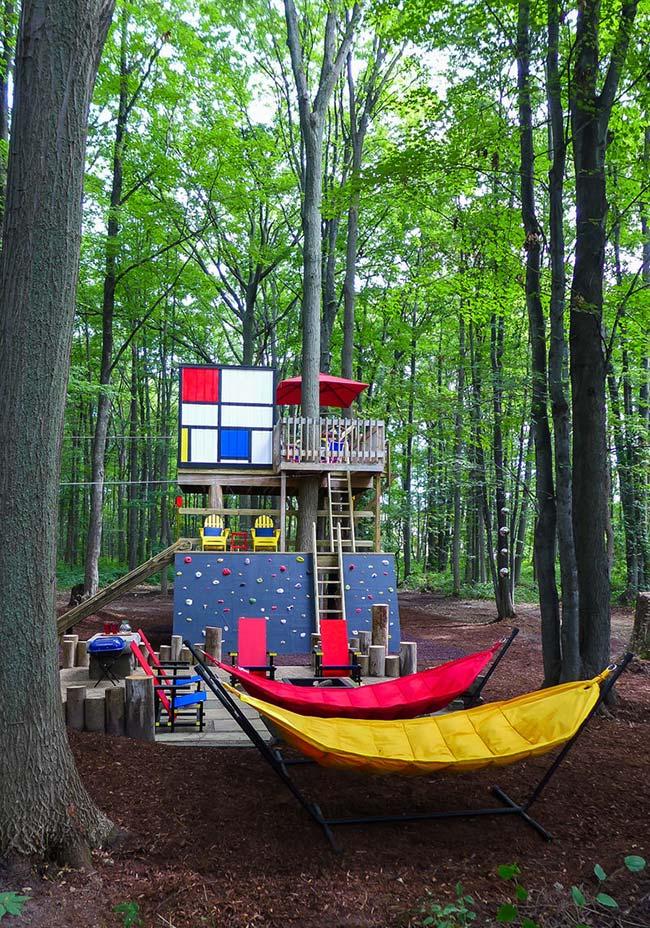 Casa-acampamento na floresta para crianças