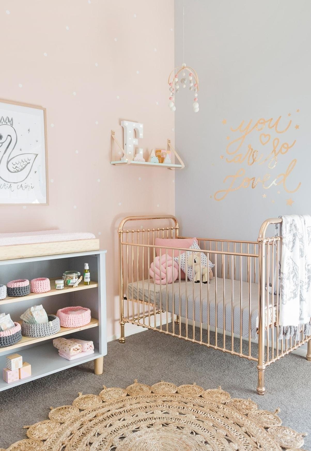 Numa decoração contemporânea para o quarto de bebê, a combinação rosa claro, cinza e dourado cria um ambiente super charmoso e elegante.