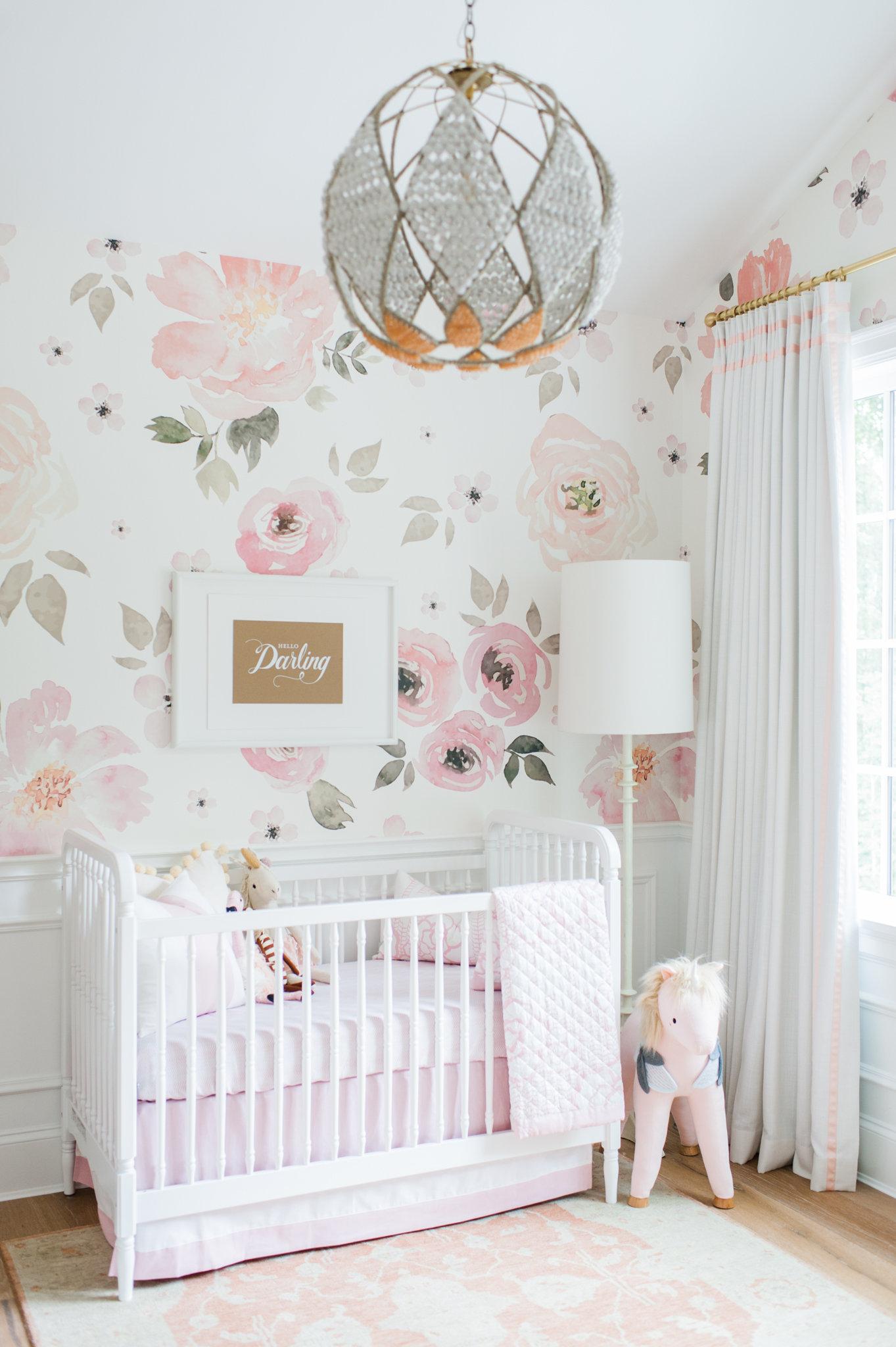 Quarto de bebê rosa e branco: num clima mais tranquilo, aposte nos detalhes que trazem mais personalidade para o quarto, como este papel de parede florido em aquarela