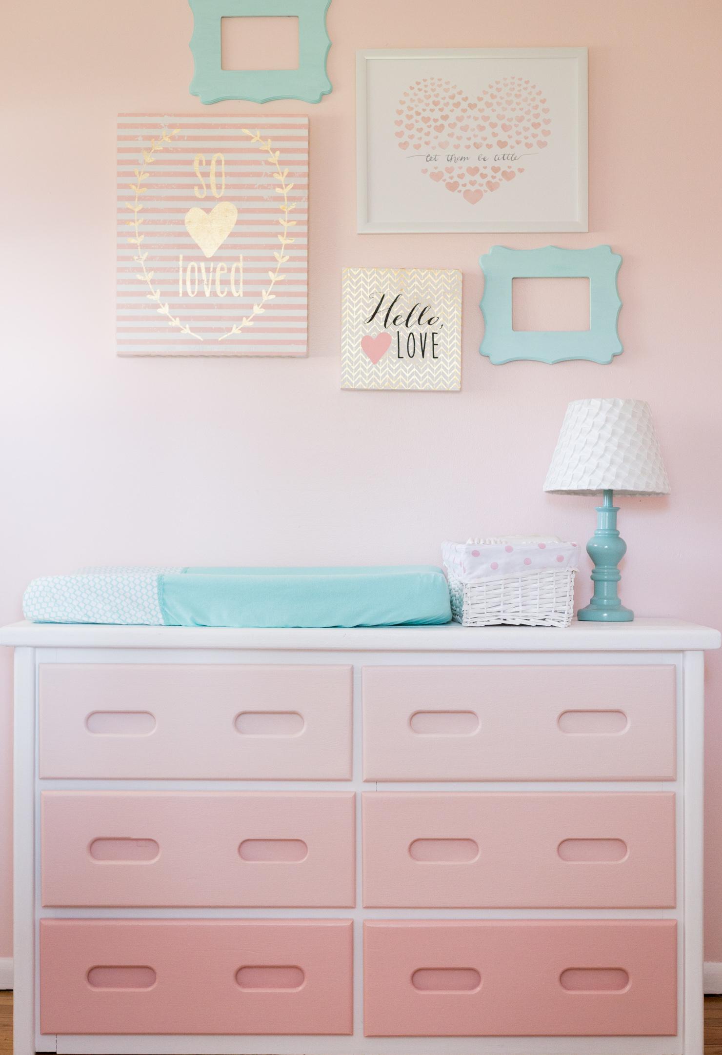 Outra ótima ideia para incrementar a decoração do quarto de bebê rosa é combinar com cores opostas: nesse caso, um tom de azul turquesa trouxe mais contraste para o ambiente