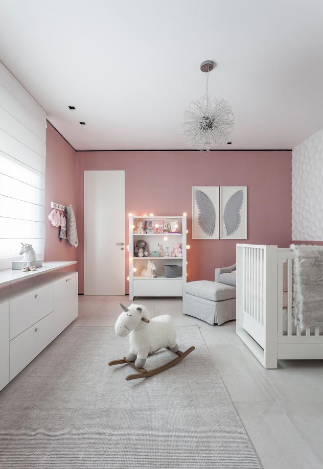 Um toque de rosa no quarto branco: pintar uma parede com uma cor de destaque pode mudar completamente a atmosfera do ambiente
