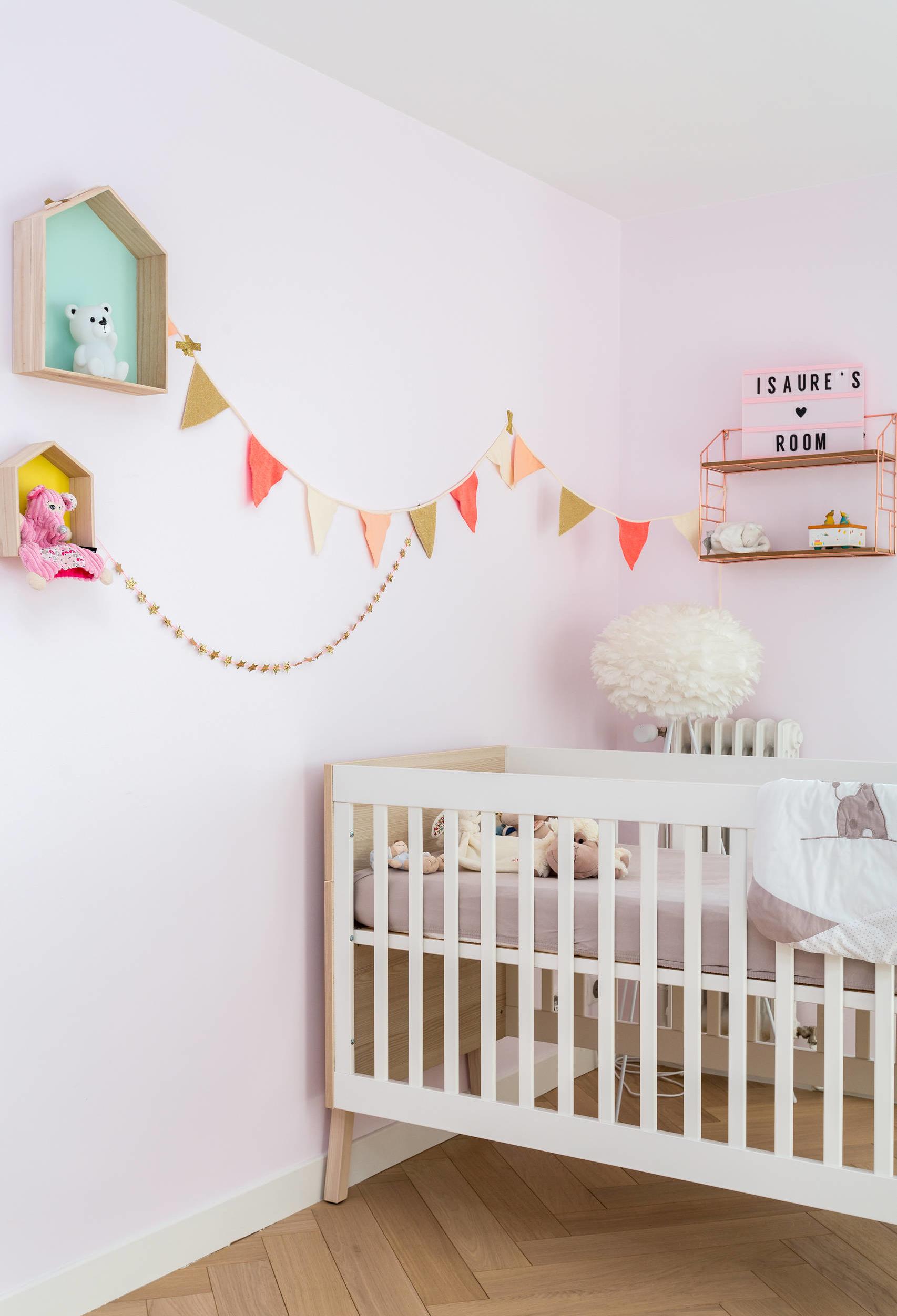 Rosa como um tom pastel para o fundo do quarto: as paredes ganham um tom bem clarinho (quase branco) de rosa, perfeito para uma pintura de parede