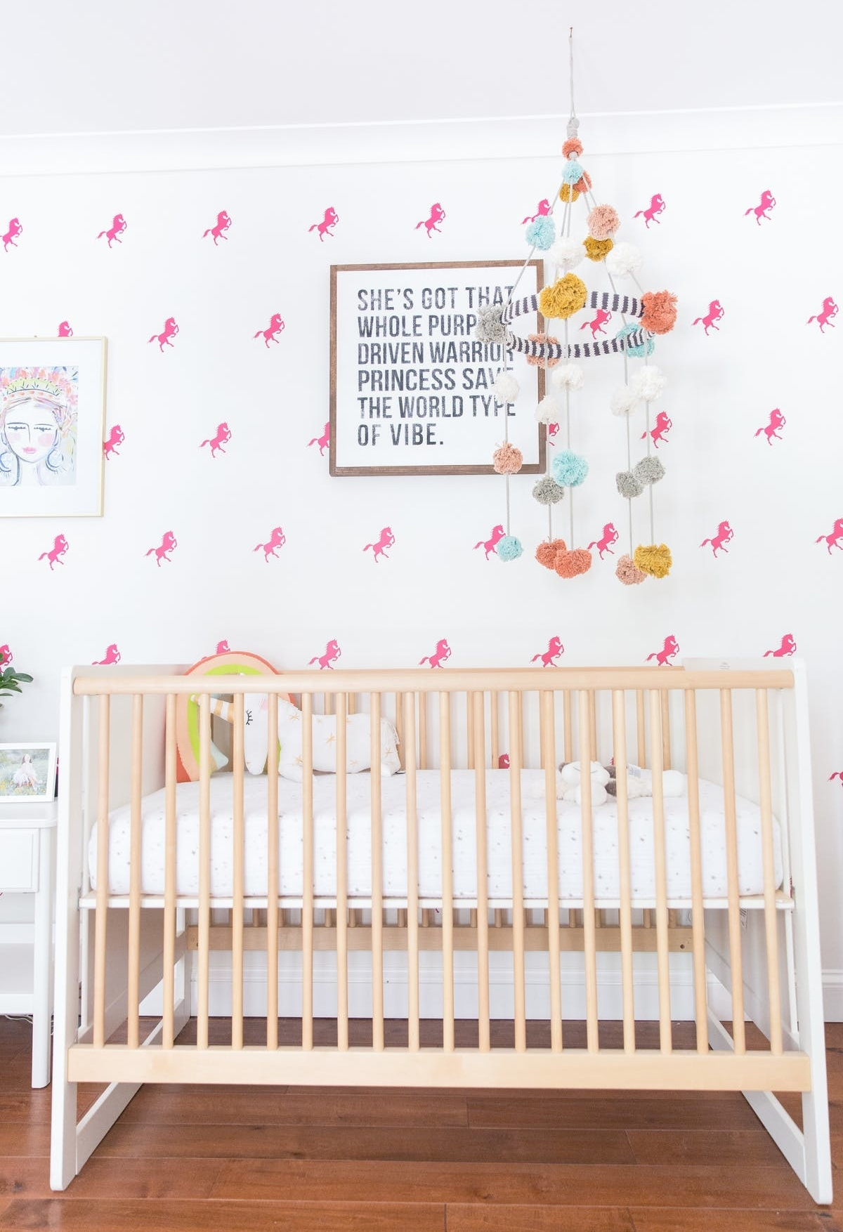 E para quem prefere ousar um pouquinho com as estampas, dê uma olhada nesta parede branca com cavalinhos pink, que dá um toque mais divertido para o ambiente