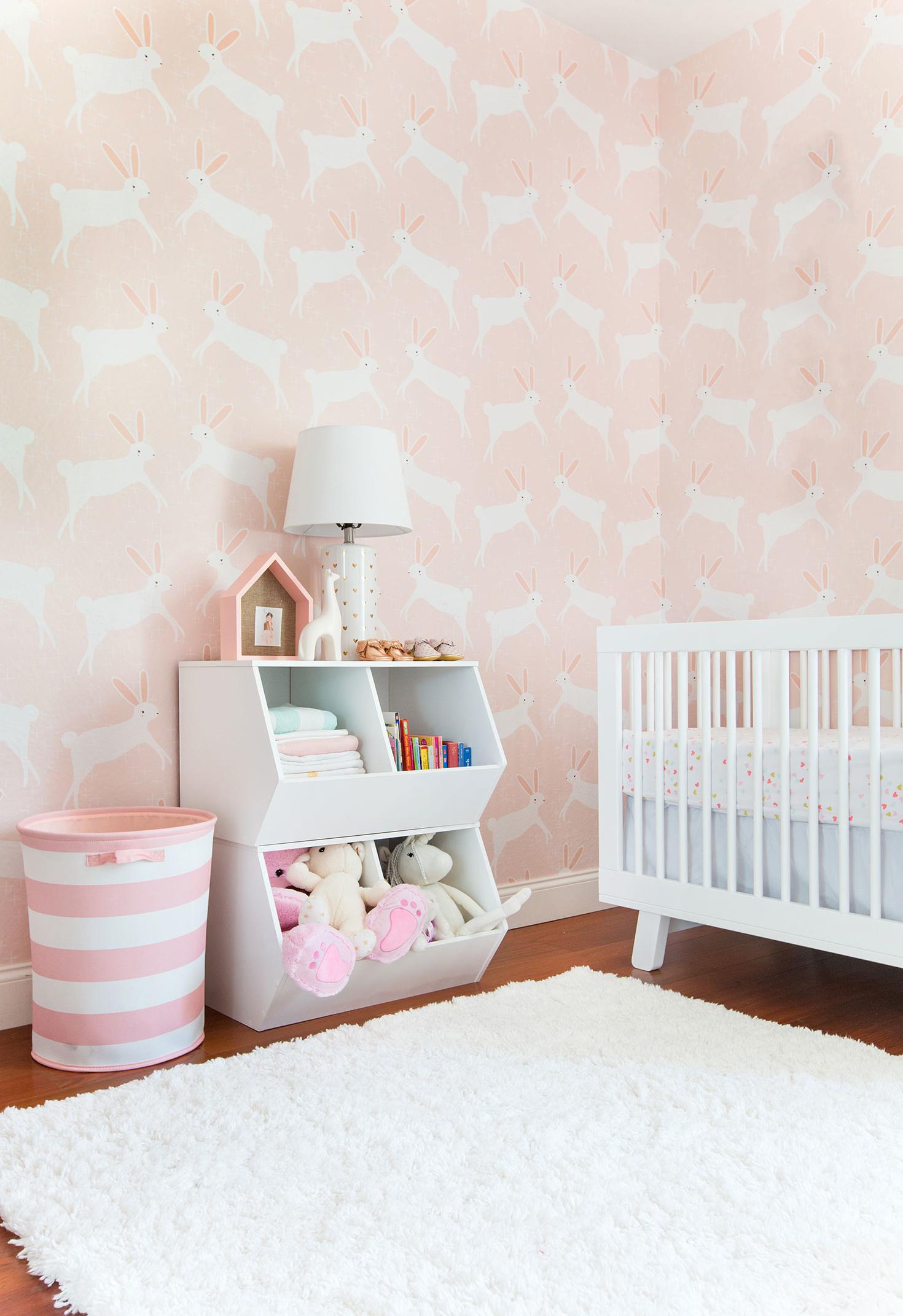 Quarto de bebê com papel de parede rosa: para quem procura uma cobertura de parede em rosa, vale a pena procurar nos catálogos de papéis de parede!