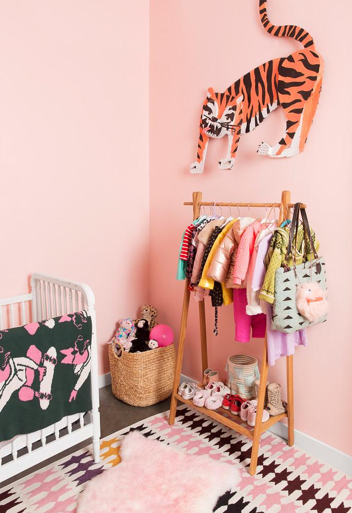 Espalhe toques de rosa por todo o ambiente: a unidade na decoração não inclui somente a cor da parede e dos móveis, mas de todos os objetos que entram no ambiente!