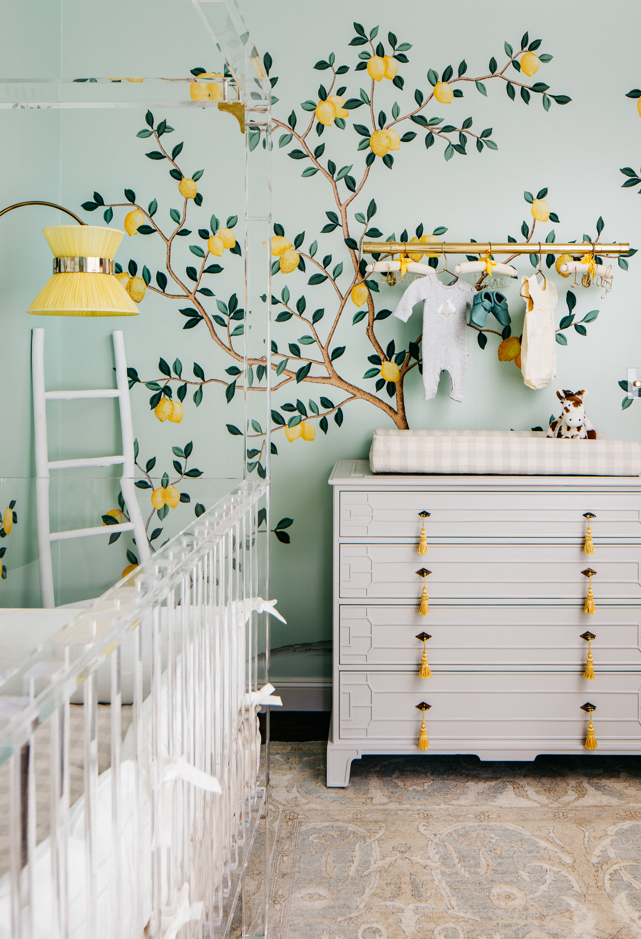No clima mais neutro, o verde e amarelo podem ser usados como nesta decoração incrível baseada no limoeiro