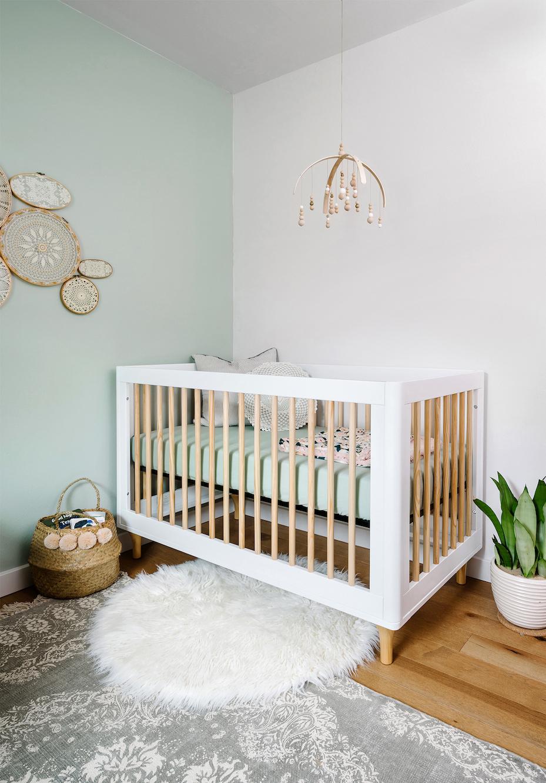 Outra ideia de quarto de bebê com um tom clarinho de verde menta: um refúgio perfeito para descansar e relaxar