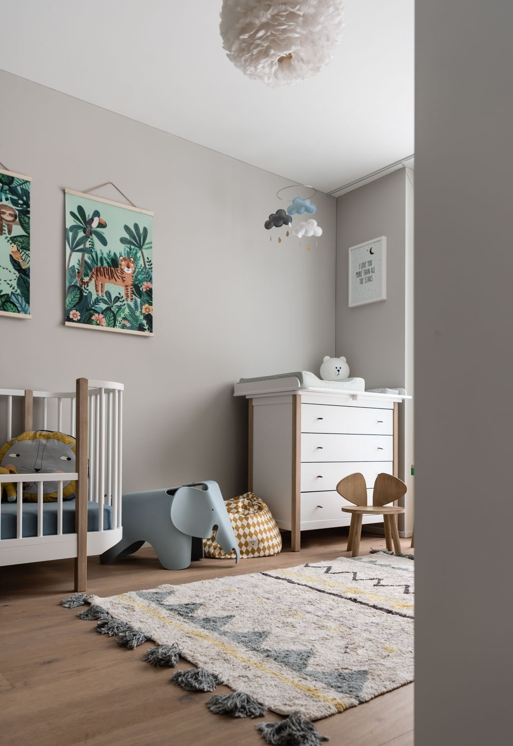 Neste ambiente, o cinza funciona como um fundo neutro que ganha mais cores com os objetos decorativos e brinquedos