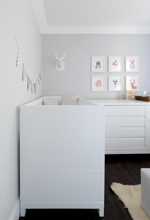 Em um quarto mais neutro, o cinza combinado com o branco é uma opção certeira para um ambiente tranquilo e muito bem iluminado