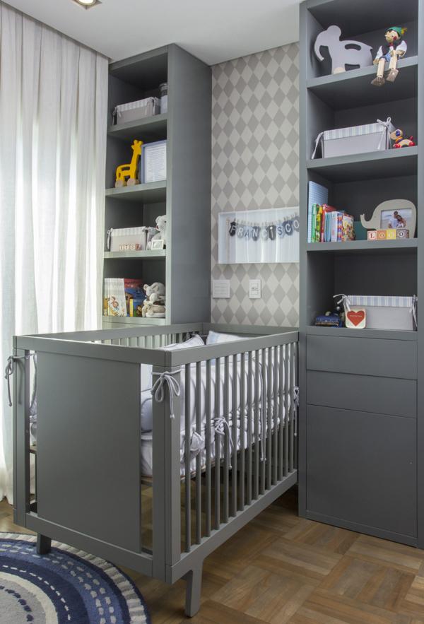 Já os tons mais escuros de cinza podem ser utilizados como base para os quartos de bebês masculinos
